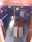Le carré du Nomade II. Le moteur se situe sous la table
