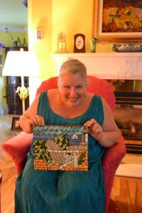 Lili avec la mosaïque que je lui ai faite l'an passé